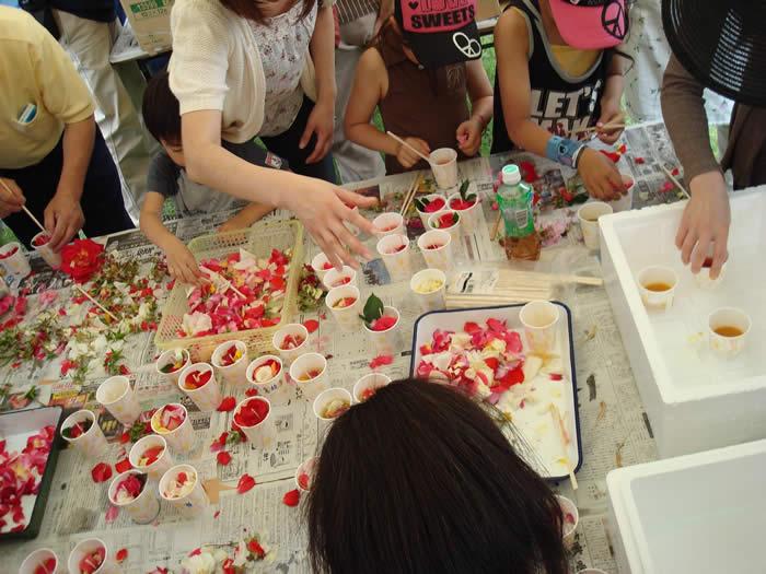 バラの花びらを使ったリサイクルキャンドル作り
